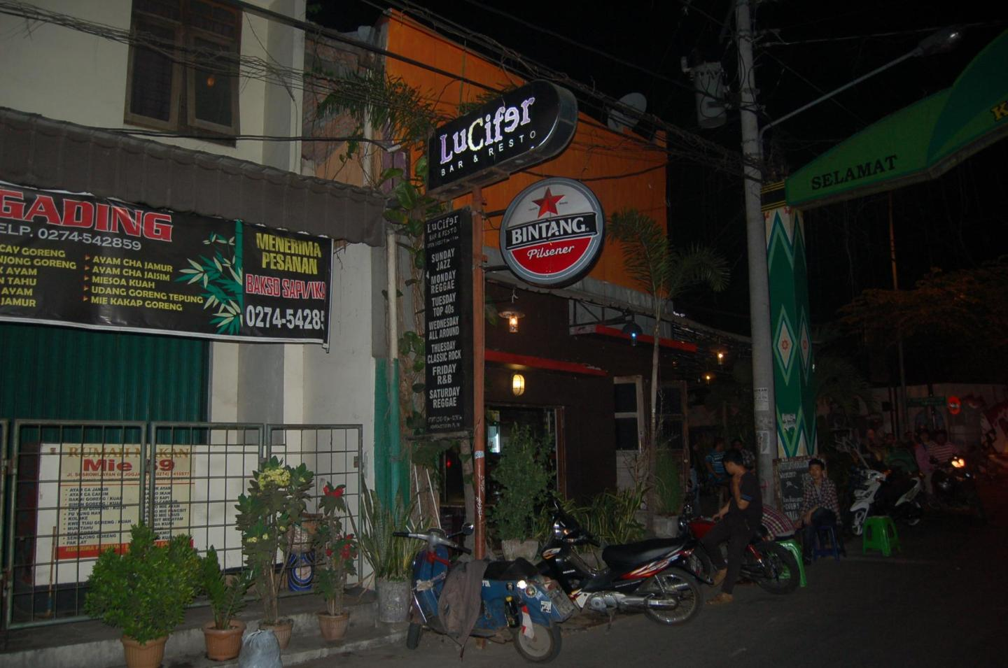 Suasana di Lucifer Bar & Resto