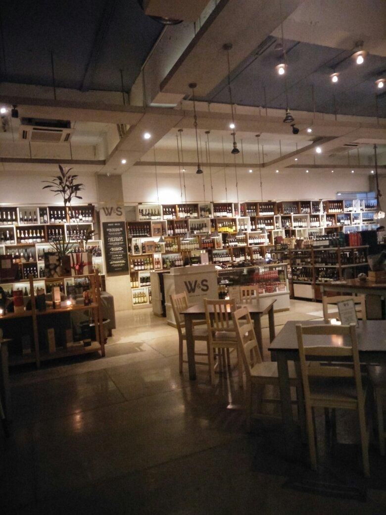 Suasana di W&S Bottle Shop & Eatery - Cilandak Town Square (Citos)